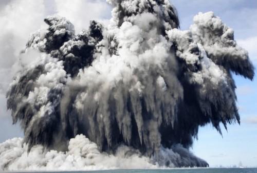 Tonga – tengeralatti vulkánkitörés live