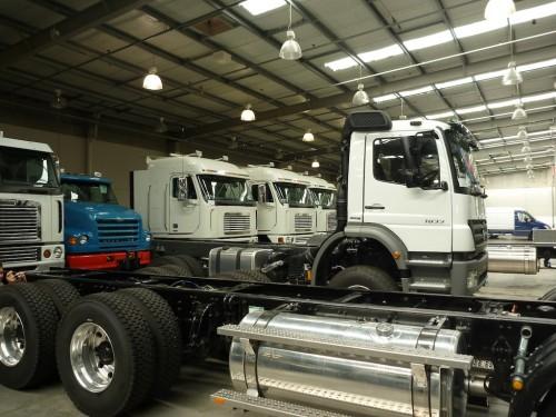 a képen Mercedes-Benz, és két amerikai márka, Freightliner és Sterling, hűvös halomban