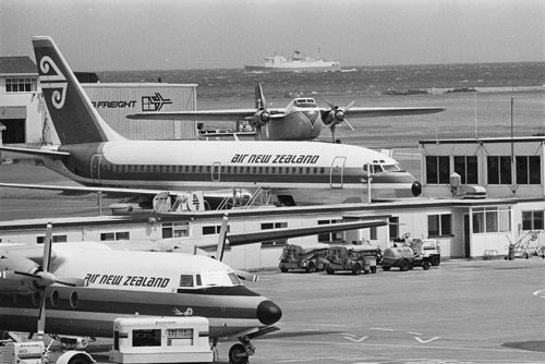 Wellington Airport 1979 - Fokker Friendship (elöl) Boeing 737 (középen) Safe Air Bristol freighter (hátul)